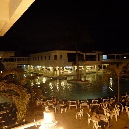 Hotel Beach House Playa Dorada: Pool area at night