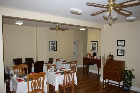 Cloisters Bed & Breakfast: The Welcoming Breakfast Room