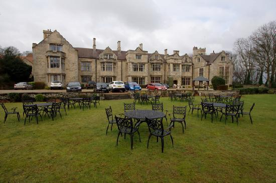 Redworth, UK: Front of the hotel. More parking to the left of the building.
