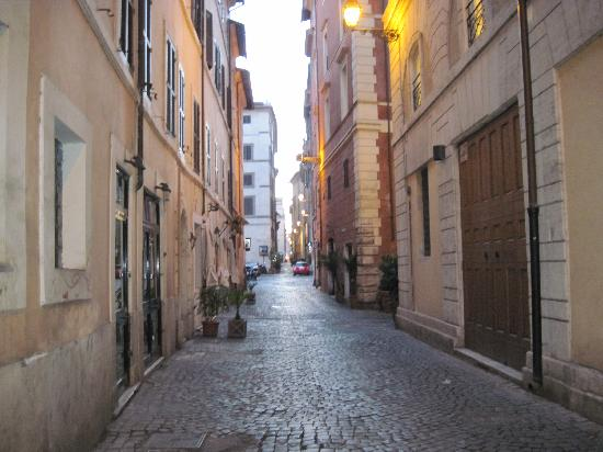 Relais Palazzo Taverna: early morning around the corner