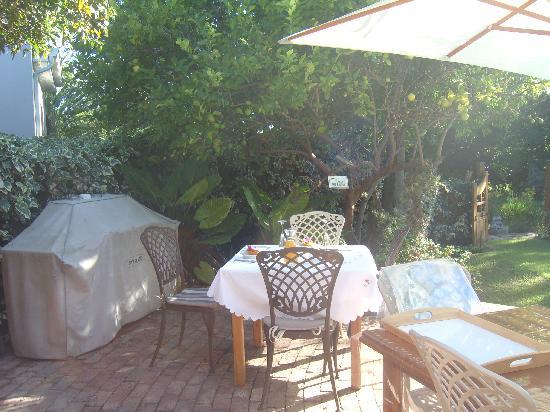 La Pension Guest House: Terrasse beim Frühstück