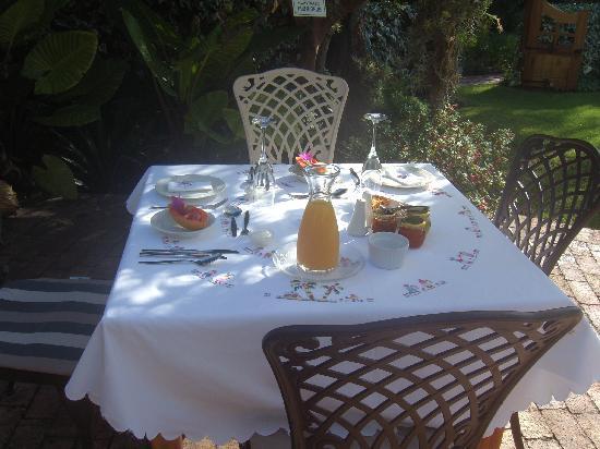 La Pension Guest House: Frühstück am Pool