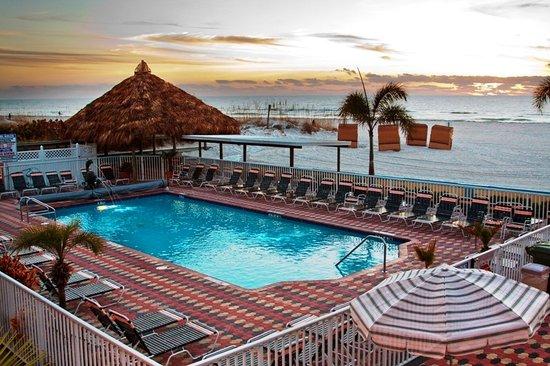 بلازا بيتش هوتل بيتش فرونت ريزورت: Beachfront Pool and Covered Tiki Area