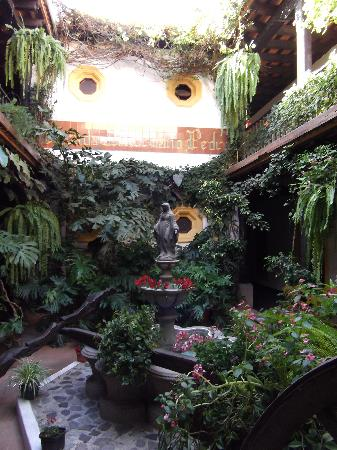 Hotel Posada Del Hermano Pedro: Interior courtyard