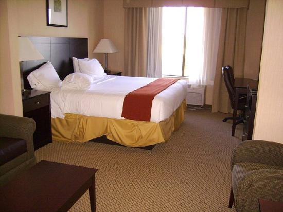 Holiday Inn Express & Suites Tipp City: bed