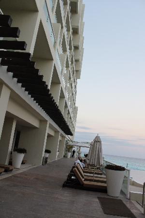 صن بالاس كبلز أونلي أول إنكلوسف: shot of hotel
