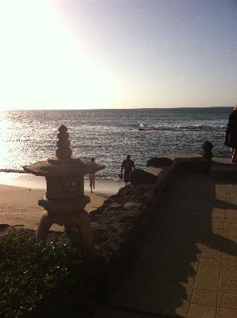 Hale Maui Apartment Hotel: path to the beach