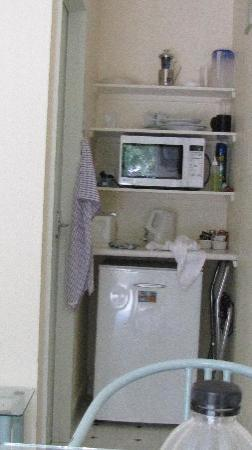 ‪إديل ويس موتيل: The tiny so called kitchenette of studio room.‬