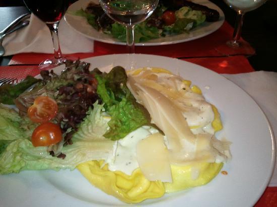 Le Cafe Marguerite : Un exemple d'une assiette. Ici: les tortellinis parmesan sauce béarnaise