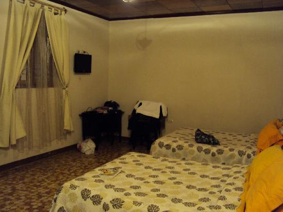 Hotel Villa Del Centro : spacious double room with good beds