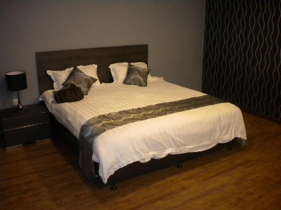 king size bed picture of casa fina fine homes langkawi. Black Bedroom Furniture Sets. Home Design Ideas
