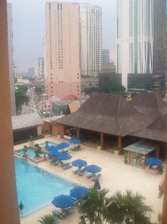 Royale Chulan Kuala Lumpur: Hotel pool + restaurant