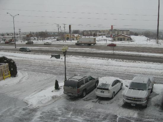 The Plaza Hotel and Suites Eau Claire: View from window, parking lot and Clairemont Ave.