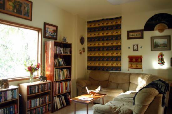 Mariposa Jungle Lodge: Lounge and Library