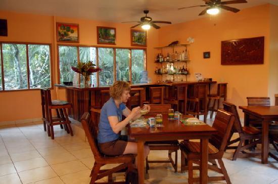 Mariposa Jungle Lodge: Bar and Dining Room