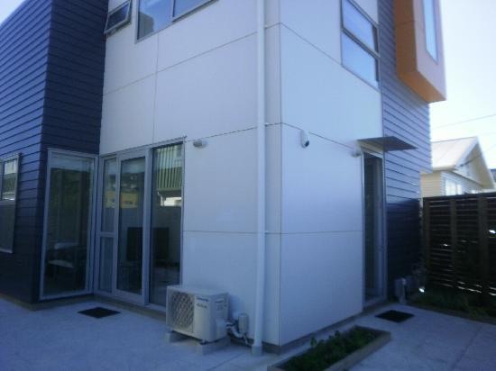 Rongotai Apartments: in the courtyard, looking at the apartment