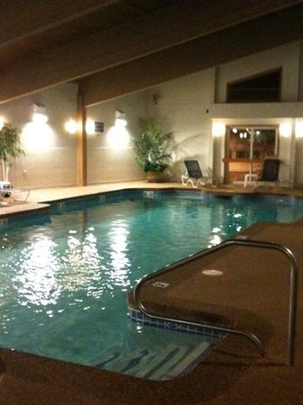 Lafayette's Oceanfront Resort: indoor pool area