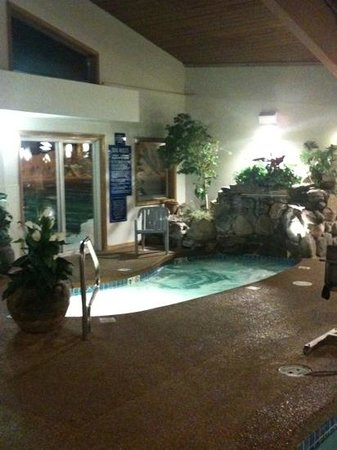 Lafayette's Oceanfront Resort: Hot tub with water fall