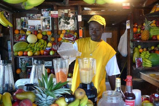 Nassau, Île de New Providence : Blending away the delicious concoction!