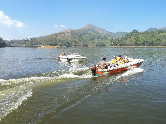 Munnar, Indie: Motor boat tourist tours