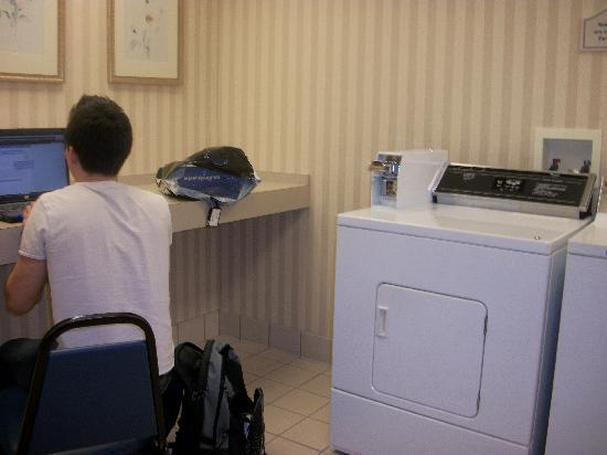 Hilton Garden Inn Sarasota - Bradenton Airport : Laundry room (with wi-fi)