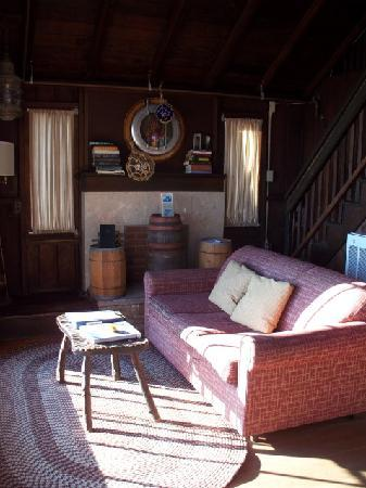 Crystal Cove Beach Cottages: Living room.  The sofa is a pull-out bed dealie.