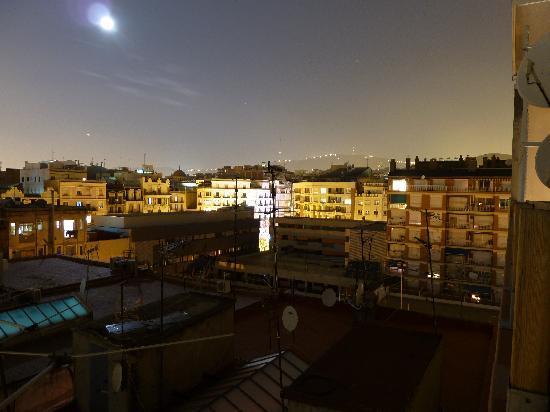 Hotel Sagrada Familia: Aussicht bei Nacht vom Dach
