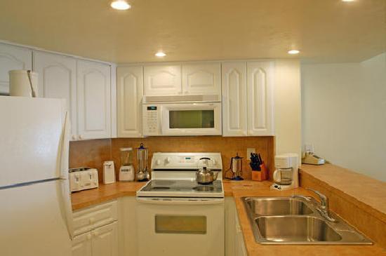 Golden Strand Ocean Villa Resort: Kitchen in 2 Bdrm Unit Bldg 1