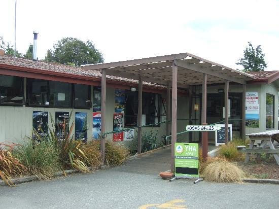 YHA Te Anau: 入り口は夜間ロックされているので番号で解除。