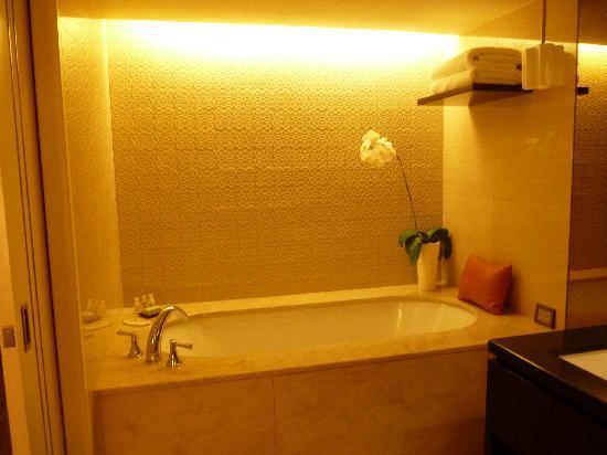 Mandarin Oriental, Jakarta: Bathtub