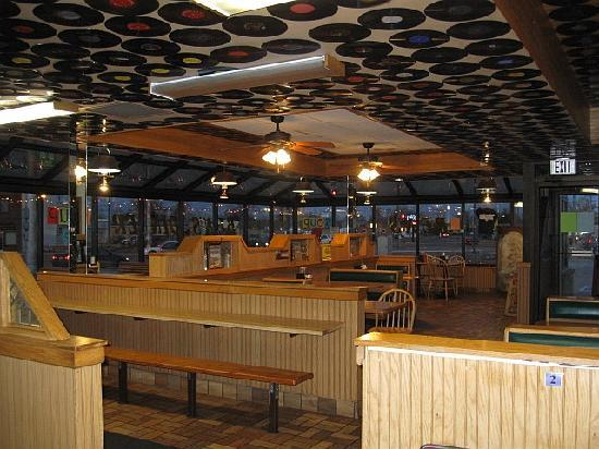 Ben's Diner: Lots of room inside and out for big parties and bus tours!