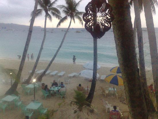 Arwana Hotel & Restaurant: overlooking the sea