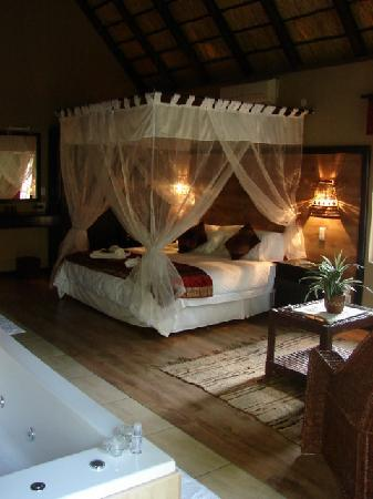 Khaya Umdani Guest Houses: Spacious Honeymoon Suite