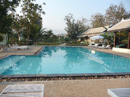 Luang Prabang Paradise Resort: Pool mit Blick in die Anlage