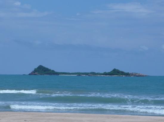 Nilaveli Beach Hotel: pigeon's island overlooking Hotel !