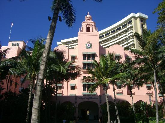 The Royal Hawaiian, a Luxury Collection Resort: 中庭のある向こう正面入り口から