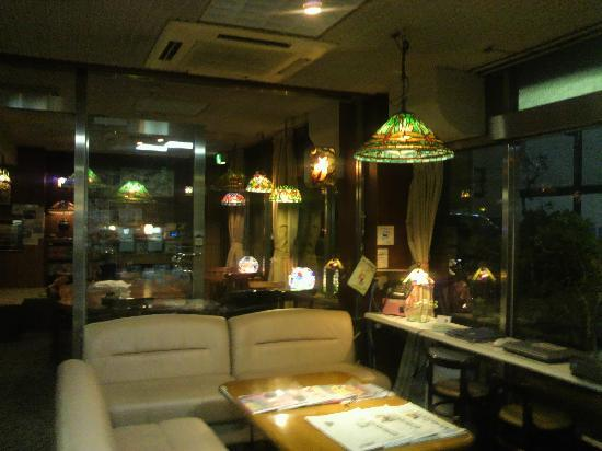 Hotel Suehiro: ステンドグラスがきれいなラウンジ(右がネット無料で使えるノートパソコン2台)
