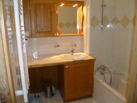 Résidence CGH Le Coeur D'Or: salle de bain