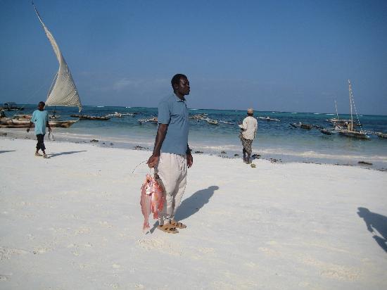 Matemwe Baharini Villas: Pescatore sulla spiaggia