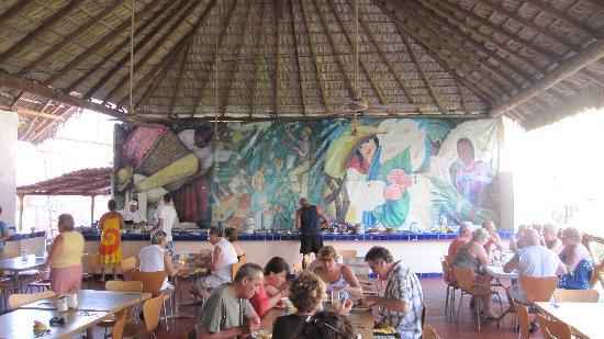El Tropicano Acapulco : La salle à manger joint au bar, beau mobilier soit dit en passant!