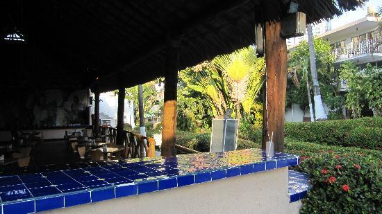 El Tropicano Acapulco : Le bar de la salle à manger donnant accèes aux commandes via la piscine