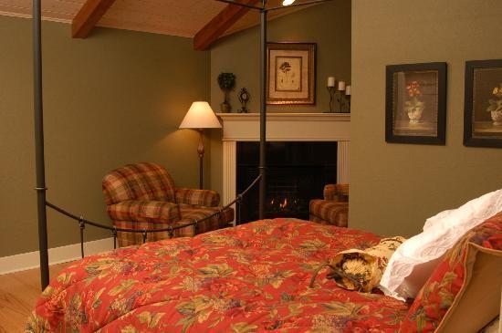 TimberCreek Bed & Breakfast: Black Canopy Suite