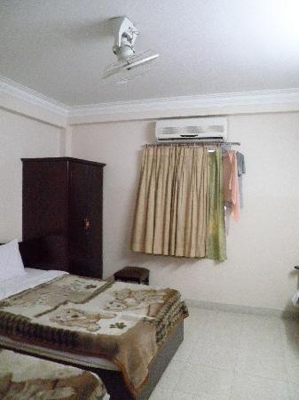 Hanh Chuong Hotel : 1 wardrobe with aircon & ceiling fan