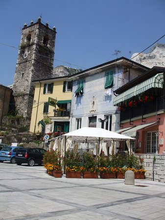 Vista esterna del Ristorante nella Piazza di marmo di Colonnata