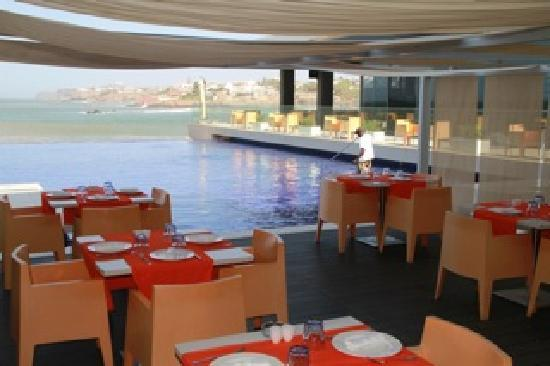 Radisson Blu Hotel, Dakar Sea Plaza: Pool and outdoor restaurant in the shade