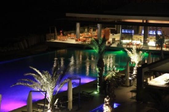 Radisson Blu Hotel, Dakar Sea Plaza: The entertainment area at night (pool, outdoor restaurant, outdoor furniture)