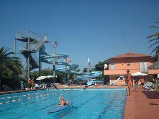 La casa e la piscina foto di foresteria del muraglione b b marina di carrara tripadvisor - Bagno mistral marina di carrara prezzi ...