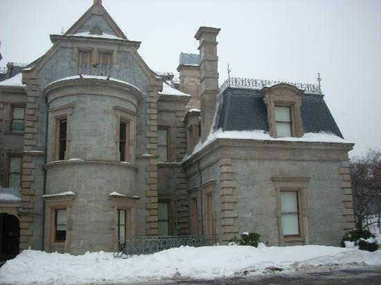 Lockwood-Mathews Mansion Museum: A view of the house from the side