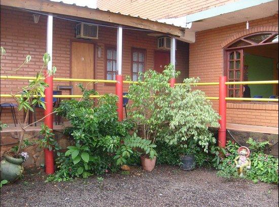 Hostel Park Iguazu: Habitaciones..desde el patio