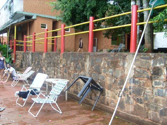 Hostel Park Iguazu: Patio y al lado de pileta